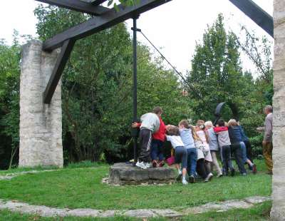Les enfants actionnent le treuil