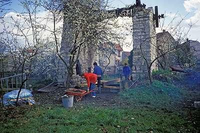 04 1985 : Installation d'un platelage en bois au dessus du puits