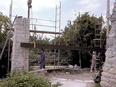 11 1988 : Mise en place de la poutre principale du manège.