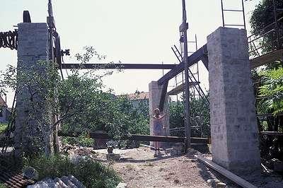 12 1988 : Mise en place des poutres secondaire du manège.