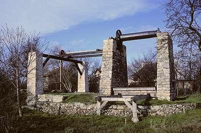 21 1991 : vue de la face Sud du treuil avec des engrenages provisoires en bois et le platelage mobile au dessus du puits