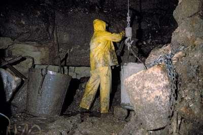 02 1993 Ouvriers travaillant au fond du puits.