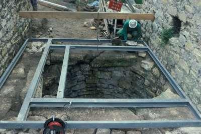 04 1993 Mise en place du platelage de protection du puits.