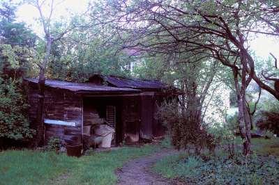 10 1994 La cabane de jardinier sur laquelle sera construit le local sanitaire.