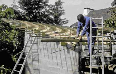 11 1994 Pose de la toiture du local sanitaire.